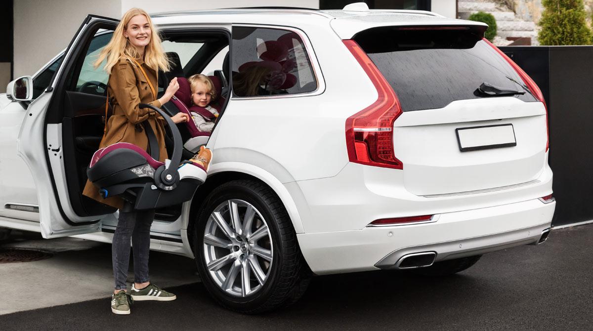 i-Size standardin mukaan lapsi matkustaa selkä menosuuntaan vähintään 75cm ja 15Kg asti
