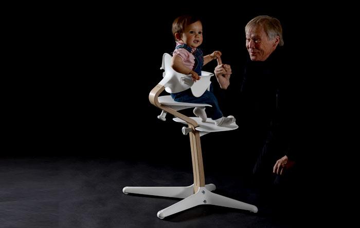 Peter Opsvik lapsenlapsensa kanssa tutustumassa Nomi-tuoliin.